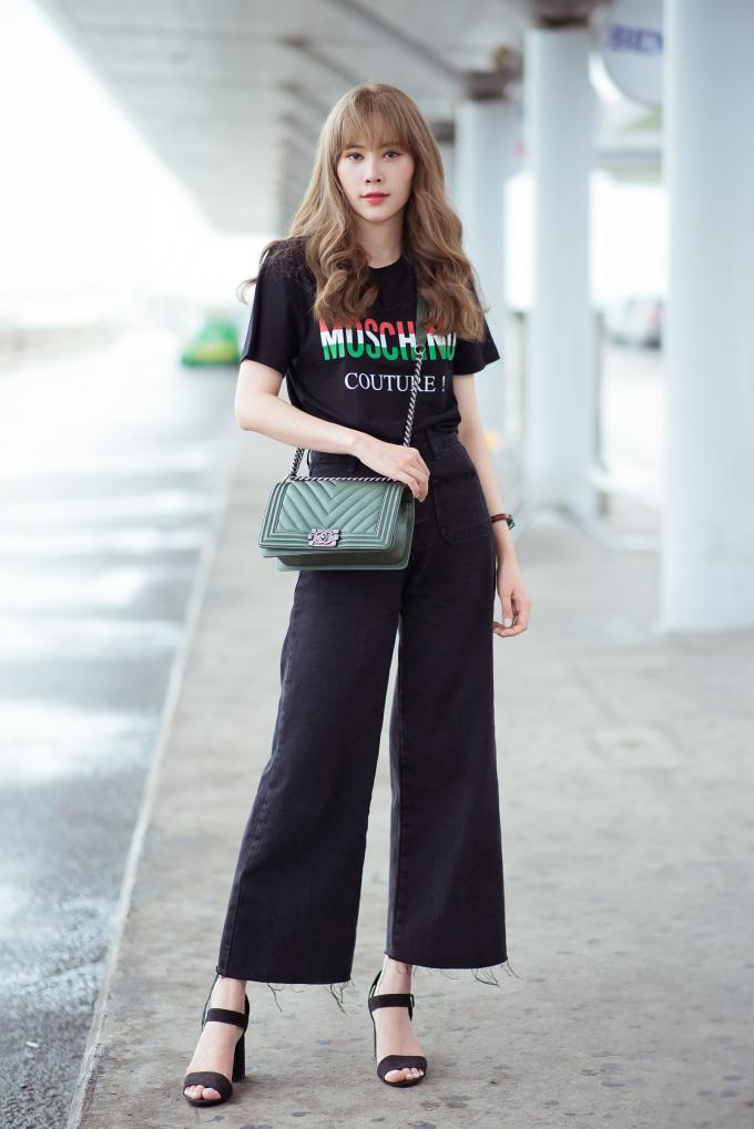 <p> Nam Em chọn phong cách trẻ trung. Cô mặc chiếc áo thun mới nhất từ thương hiệu Moschino với giá 225$ (khoảng 5,3 triệu đồng) kết hợp cùng quần ống loe.</p>