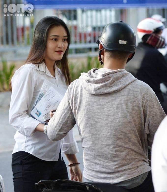 <p> Tại Hội đồng thi THPT Phan Chu Trinh, các sĩ tử được bố mẹ và người thân đưa đến điểm thi từ khá sớm. Họ căn dặn nhiều điều, mong sĩ tử bình tĩnh, tự tin.Nắng nóng đỉnh điểm của miền Trung phần nào gây ảnh hưởng đến sức khỏe của thí sinh những ngày thi này.</p>