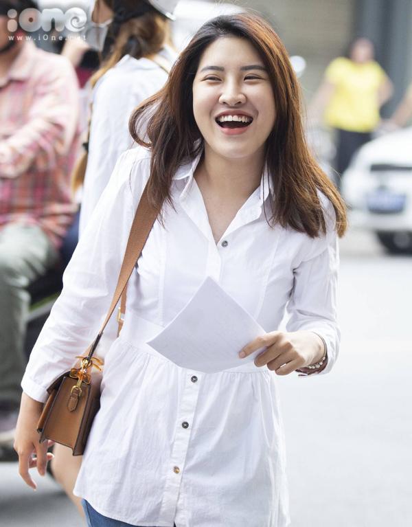 <p> Nữ sinh này nở nụ cười tươi trước giờ thi.</p>
