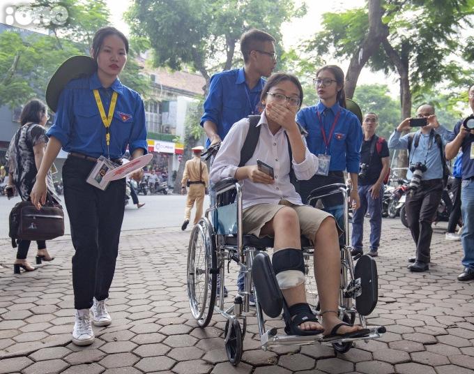 <p> Bố của Hà - chú Nguyễn Minh Phong - cho biết, con gái bị tai nạn cách ngày thi một tuần. Gia đình khá lo lắng nhưng vẫn bình tĩnh, không tạo áp lực, chăm sóc để con thi cử tốt nhất.</p>