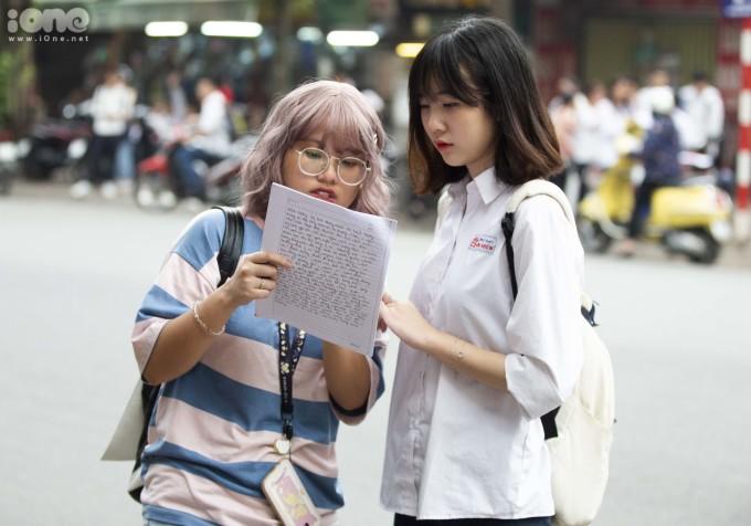 <p> Trên đường vào trường thi, một số bạn tranh thủ củng cố lại kiến thức. Số khác kiểm tra lại thông tin cá nhân in trên giấy báo thi.</p>