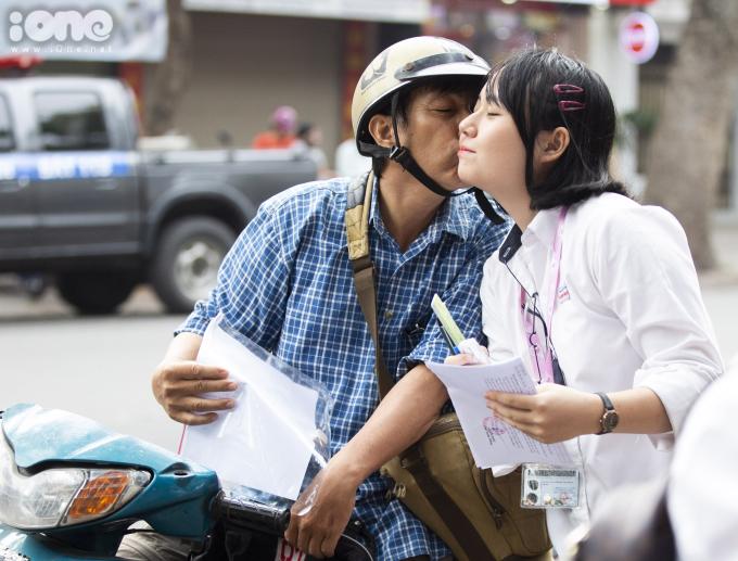 <p> Một nụ hôn của ông bố dành cho con gái trước giờ thi.</p>