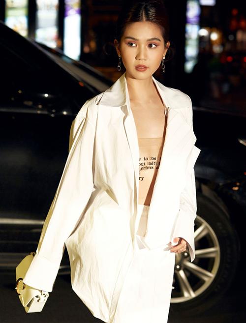 Thiết kế đặc biệt của chiếc áo quây này khiến khi nhìn xa trông giống như không mặc áo. Lớp chữ in trên áo sẽ biến thành hình xăm giúp thềm ngực càng sexy.