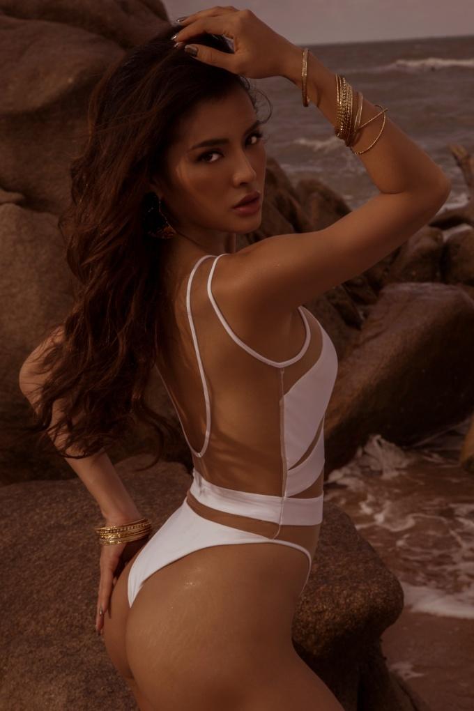 """<p> Cô nói: """"Tôi thích đi du lịch ở những vùng biển nên việc diện bikini là dễ hiểu. Tôi cũng tự tin với vóc dáng cơ thể nên mới thường xuyên mặc nó và chụp hình"""".</p>"""