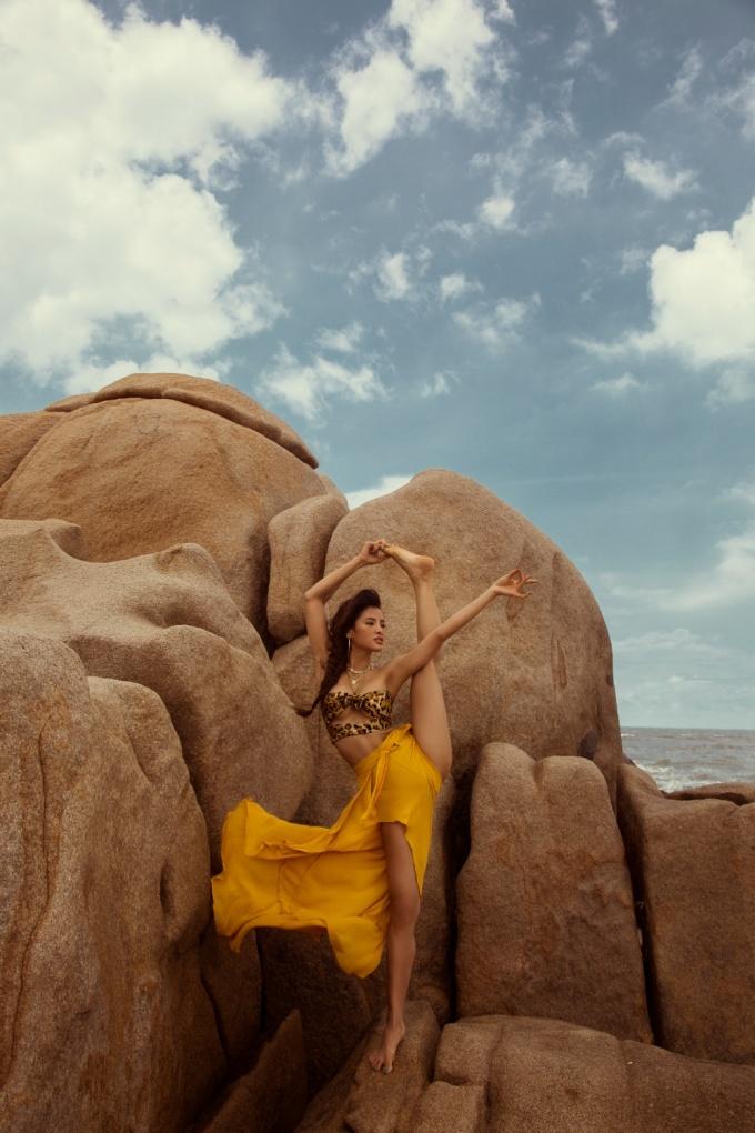 <p> Dù đứng trên mỏm đá, người đẹp 8x vẫn say sưa tập yoga.</p>