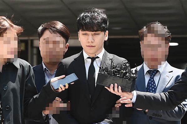 Seung Ri bị bắt giữ ngày 14/5 nhưng được thả ra trong đêm.