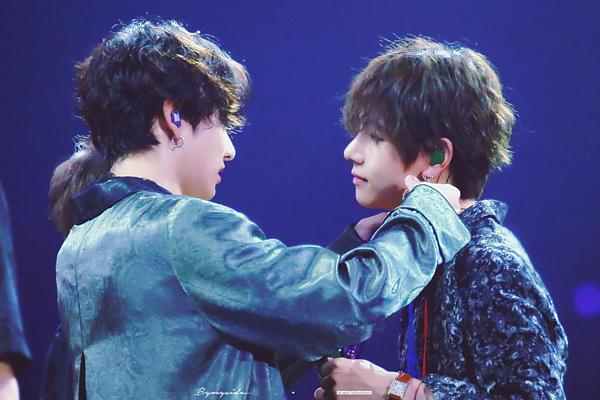 Người hâm mộ khen ngợi visual ngày càng đẹp trai, nam tính của bộ đôi em út nhà BTS. Đây là hai thành viên có lượng fan đông đảo nhất nhì nhóm. Mỗi lần hai anh chàng đứng chung một khung hình, fan lại được phen náo loạn.