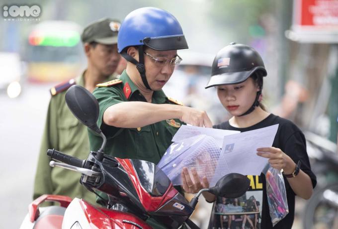 <p> Một ông bố giúp con gái kiểm tra lại các giấy tờ dự thi một lần nữa.</p>