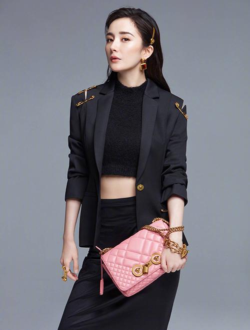 2019 là năm lên hương của Dương Mịch trong lĩnh vực quảng cáo dù gặp không ít scandal tình ái, đời tư. Cô được nhiều thương hiệu thời trang cao cấp yêu thích nhờ vẻ ngoài xinh đẹp, thần thái kiêu sa, thường xuyên là trend-setter trong các xu hướng.