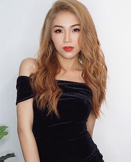 Sau một thời gian khá im hơi lặng tiếng trên mạng xã hội, mới đây Hoàng Linh tái xuất với dung mạo khác lạ khó nhận ra. Em gái Hoàng Thùy nhuộm tóc màu khói, thử nghiệm cách trang điểm đậm chất Tây.