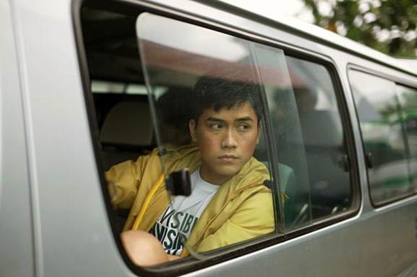 Diễn viên trẻ Lãnh Thanh có những cảnh đầy cảm xúc với bạn diễn nam.