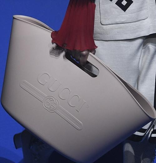 Chiếc túi cao su giá hơn 22 triệu đồng cũng là một món đồ kén người sử dụng, bị so sánh với túi cao su bán ở chợ.