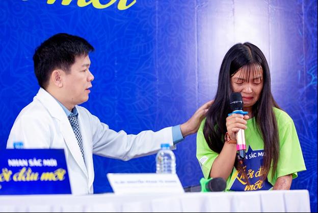 Tiến sĩ, bác sĩ Phan Nguyễn Tú Dung động viên thí sinh. Với gương mặt chằng chịt vết sẹo, Tơ thị Hương khiến khán phòng xúc động.