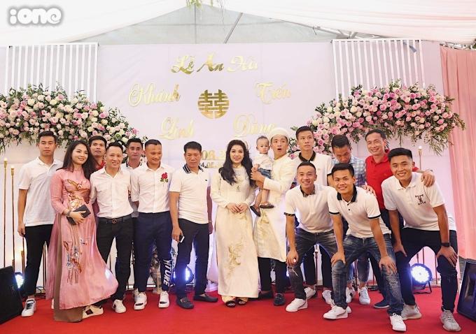 <p> Quế Ngọc Hải, Trọng Hoàng, Vũ Minh Tuấn cùng các đồng đội ở CLB Viettel đến chúc mừng chú rể mới.</p> <p> </p>