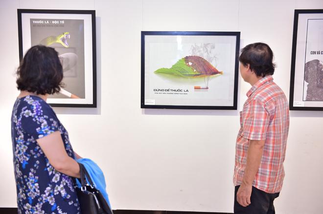Tại triển lãm, nhiều người đến xem, bình luận về tác phẩm của Vân.