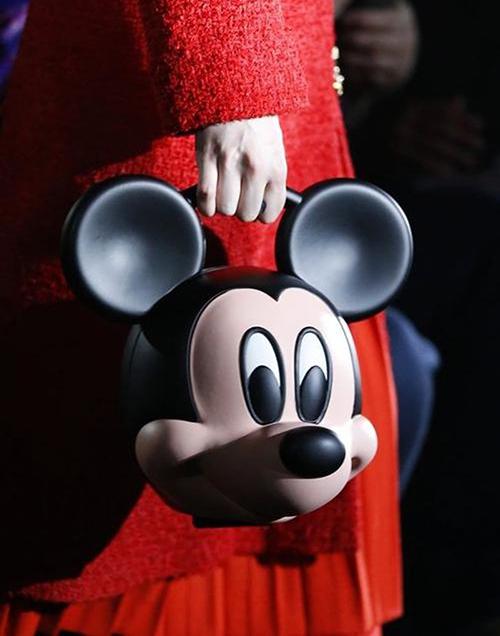Trước đó, Gucci từng trình làng nhiều sản phẩm đắt đến khó hiểu. Chiếc túi xách Mickey giá 120 triệu đồng bị chê trông chẳng khác gì đồ lưu niệm bán ở công viên Disney.