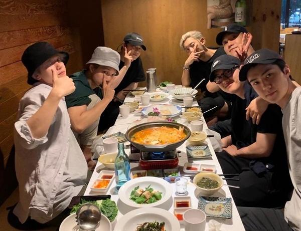 Nhóm EXO lâu lâu mới có dịp tụ tập ăn uống cùng nhau. Các thành viên đội mũ sùm sụp ngay cả khi ngồi trong nhà hàng.