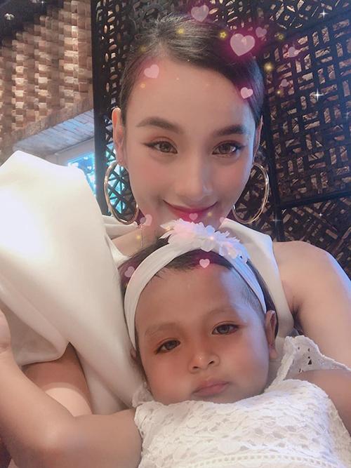 Lê Thúy chụp ảnh cùng con gái nuôi của NTK Đỗ Mạnh Cường.
