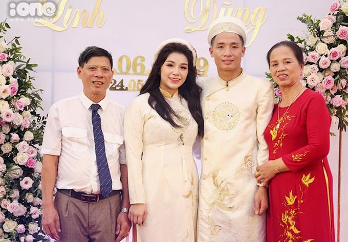 """<p> Cô dâu chụp ảnh bên bố mẹ chồng. Bố Tiến Dũng chúc hai con sẽ hạnh phúc tới già, cùng nhau nắm chặt tay tới """"đầu bạc răng long"""".</p>"""