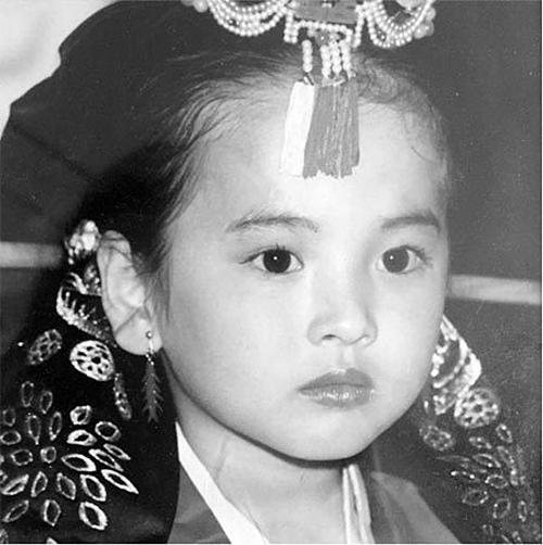 Song Hye Kyo sinh năm 1981. Cô là một trong những nữ diễn viên thành công nhất của màn ảnh nhỏ xứ kim chi. Trong hình là Song Hyo Kyo năm ba tuổi. Cô dạn dĩ trước ống kính.