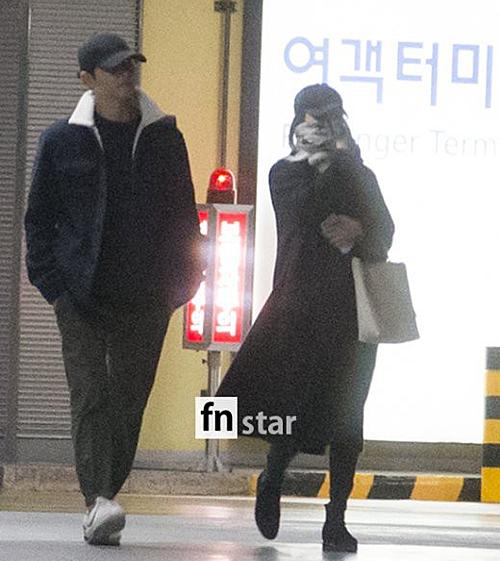 Tháng 11/2017, Song - Song trở về từ chuyến trăng mật ở châu Âu. Tuy nhiên, cặp đôi khá giữ khoảng cách. Song Hye Kyo trùm kín mặt, không nói chuyện với chồng. Từ lúc này, một số fan đã thấy lạ khi hai người không giống một cặp đôi mới cưới.