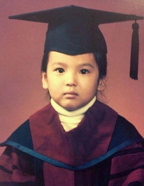 Nhan sắc xứng tầm mỹ nhân của Song Hye Kyo ngay từ khi còn bé. Nữ minh tinh sở hữu gương mặt bầu bĩnh, đôi mắt tròn ngây thơ.