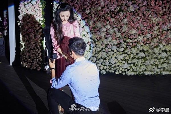 Vào ngày sinh nhật của Phạm Băng Băng năm 2017, Lý Thần quỳ gối, cầu hôn bạn gái trong buổi họp fan của cô. Phạm Băng Băng xúc động đến bật khóc. Trong tháng 9, họ làm lễ đính hôn.Lý Thần từng tiết lộ, mẹ anh rất yêu quý Phạm Băng Băng. Bà luôn căn dặn anh phải đối xử tốt với nữ diễn viên Võ Mỵ Nương truyền kỳ.