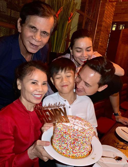 Kim Lý cùng gia đình Hà Hồ trong tiệc sinh nhật Subeo.