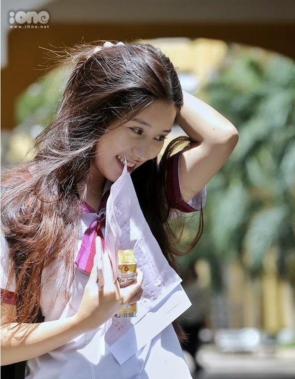 """<p> Góc nghiêng """"thần thánh"""" của nữ sinh Bảo Trân dự thi ở THPT Trưng Vương, TP HCM. Ảnh: <em>Quỳnh Nguyễn.</em></p>"""