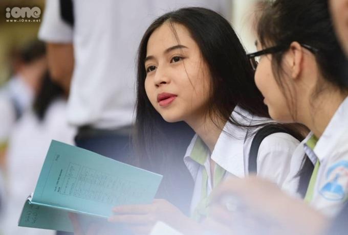 <p> Diện đồng phục trường, các nữ sinh còn chọn cách trang điểm nhẹ nhàng. Ảnh: <em>Quỳnh Nguyễn.</em></p>