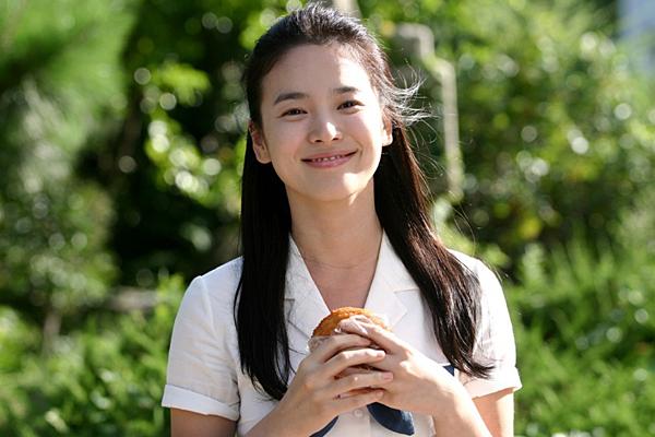 24 tuổi, Song Hye Kyo tham gia phim điện ảnh My girl and I. Vẻ ngoài thánh thiện, trẻ trung của cô hút nhiều fan.