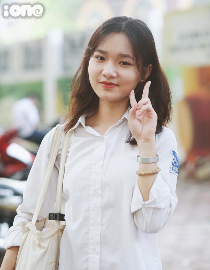 <p> Tại điểm thi THPT Phan Đình Phùng, Hà Nội, nữ sinh Nguyễn Phương Anh rạng rỡ trước khi bước vào buổi thi.</p>