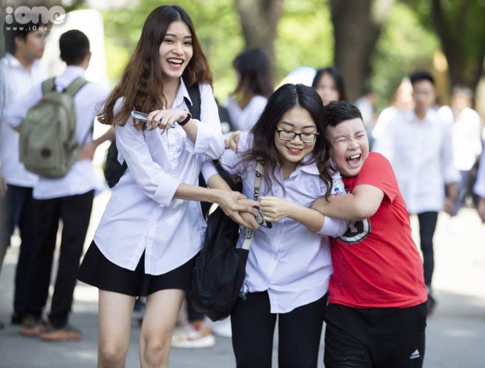 <p> Tại điểm thi THPT Chu Văn An, Hà Nội, một cậu bé chừng học cấp 1 đứng nép vào cổng trường. Nhìn thấy chị, cậu bé nhanh chóng chạy đến ôm chầm lấy chị.</p>