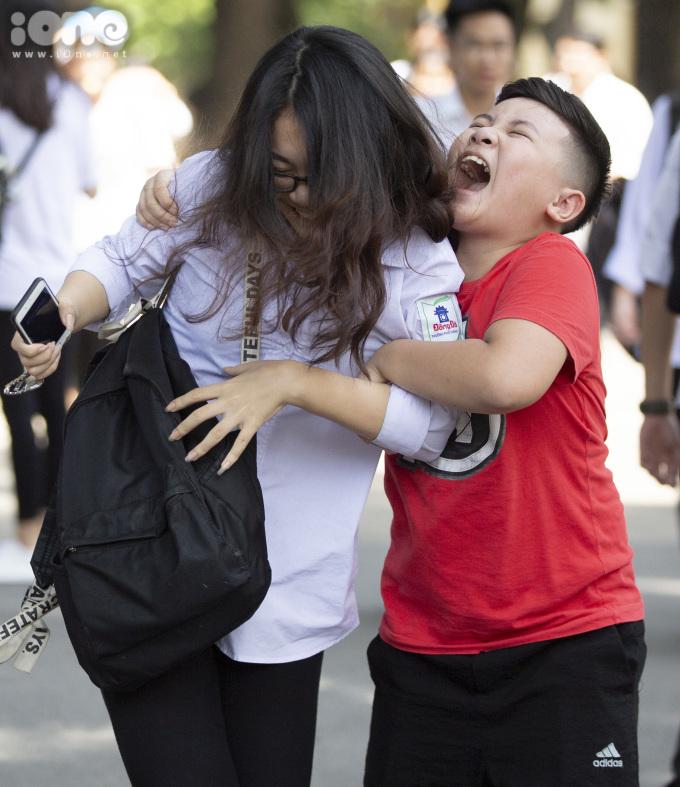 """<p> Do """"cái ôm quá chặt"""", chị cậu bé suýt ngã.</p>"""