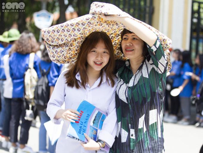 <p> Sau bài kiểm tra tổ hợp Khoa học Xã hội vào sáng 27/6, nữ sinh vui vẻ cùng mẹ ra về. Nụ cười tươi, gương mặt tròn của cô bạn gây chú ý.</p>