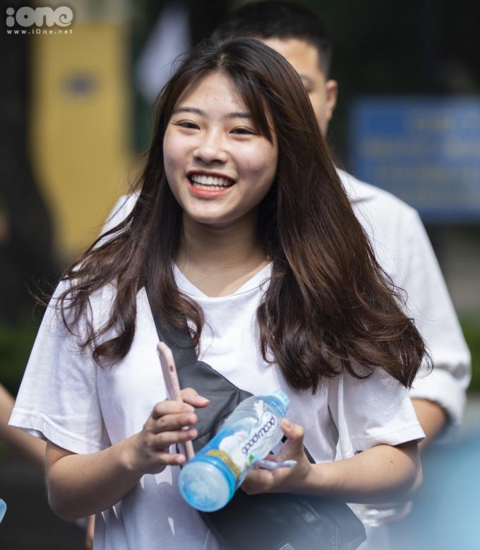<p> Một nữ sinh bước ra khỏi phòng thi sau bài kiểm tra môn Ngữ Văn sáng 25/6 tại điểm thi THPT Chu Văn An.</p>