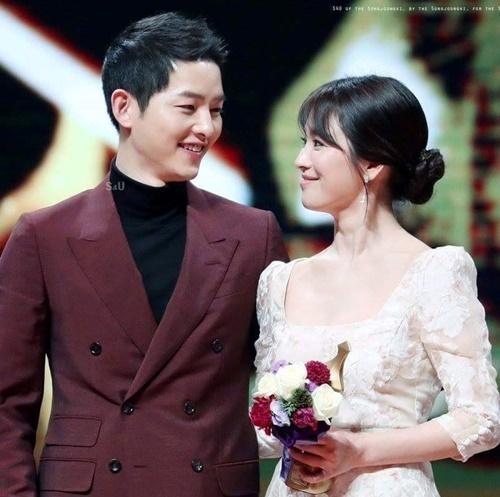 Đầu năm 2017, cặp đôi của Hậu duệ mặt trời là tâm điểm của Lễ trao giải  KBS Drama Awards. Cả hai ngồi cạnh nhau, cùng nắm tay lên nhận giải và trao cho nhau những ánh mắt ngọt ngào.