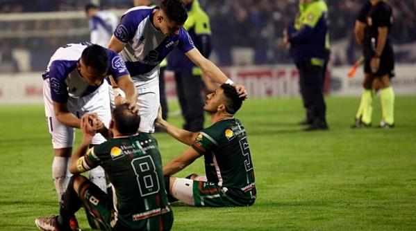 Cầu thủ của CLB San Jorge de Tucaman ngồi dưới sân khiến trận đấu phải kết thúc.