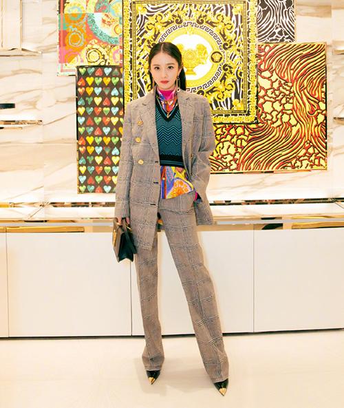 Ngày 26/6, Dương Mịch tham dự sự kiện khai trương cửa hàng của Versace tại Bắc Kinh. Đây là event đầu tiên người đẹp xuất hiện sau khi được nhà mốt này công bố là gương mặt đại diện chính thức. Tuy nhiên diện mạo của Dương Mịch khi đảm nhiệm vai trò mới không được đánh giá cao.