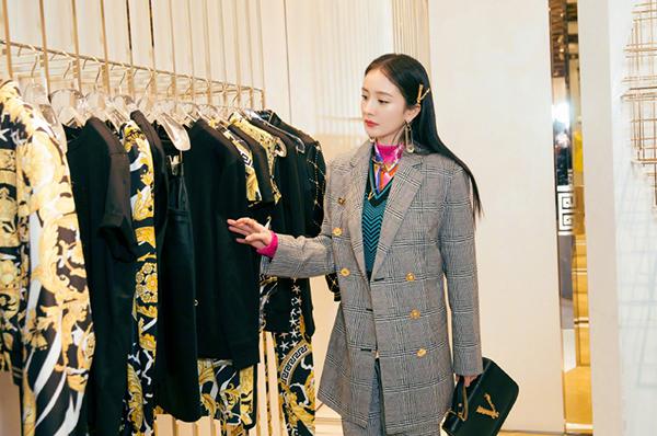 Vốn quen thuộc với hình ảnh nữ tính nhưng lần này, Dương Mịch ăn vận cool ngầu. Cô diện bộ suit kẻ, phía trong là 3 lớp áo sặc sỡ, gồm áo gilet len, áo sơ mi hoa hòe và áo len cổ lọ.