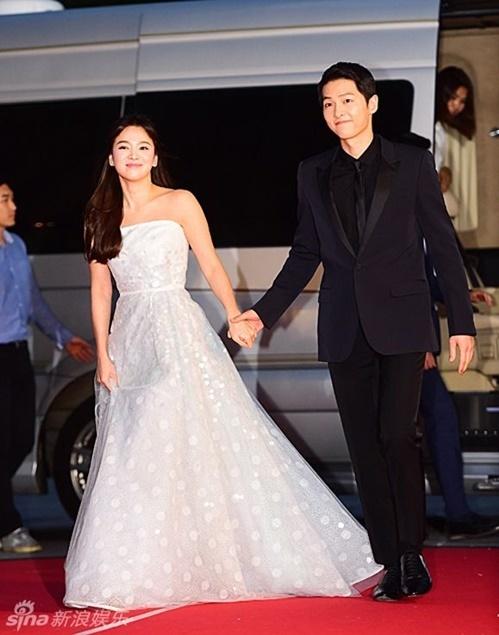 Cặp đôi Những hành động ga lăng và ấm áp của Song Joong Ki với Song Hye Kyo càng khiến nhiều người nghi ngờ họ đang hẹn hò.