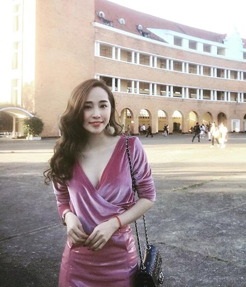 Quỳnh Nga diện váy xẻ cổ sâu đi chơi ở Đà Lạt.