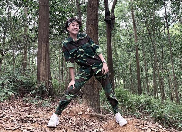 Bảo Hân tự nhận mình là Tarzan khi mặc đồ rằn ri chụp ảnh trong rừng.
