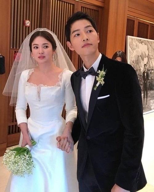 Hình ảnh Song Joong Ki nắm chặt tay vợ trong lễ cưới gây sốt. Cặp đôi không thể hiện quá nhiều trước truyền thông nhưng luôn có những hình ảnh ngọt ngào, ấm áp khi bên nhau.
