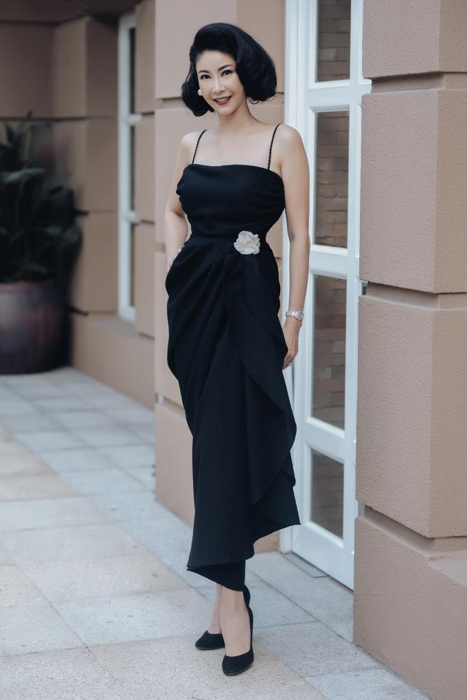 <p> Hoa hậu Việt Nam 1992 Hà Kiều Anh diện đầm hai dây cúp ngực với chân váy xẻ sâu. Phần thắt eo váy được điểm xuyết bằng bông hoa có màu sắc tương phản tạo điểm nhấn nhẹ nhàng.</p>