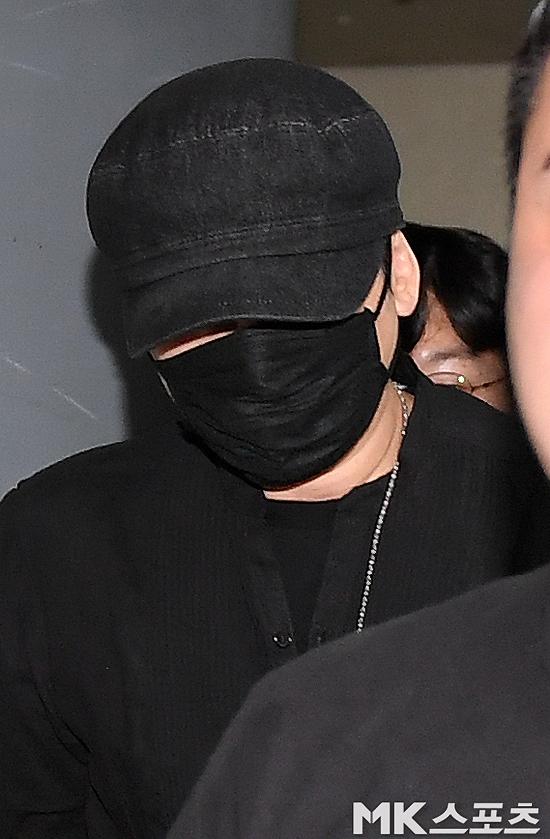 Yang Hyun Suk rời Sở cảnh sát từ cổng sau.