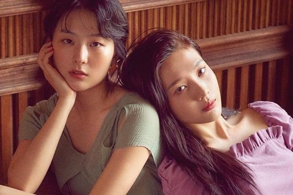 Joy thân mật tựa đầu vào vai Seul Gi.