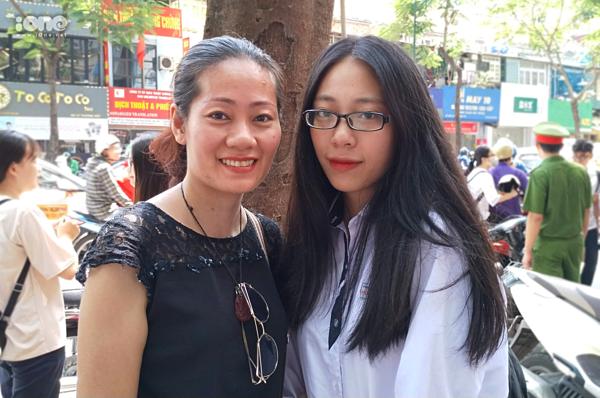 Chị Nguyễn Vân Anh và con gái trong kỳ thi THPT quốc gia 2019.