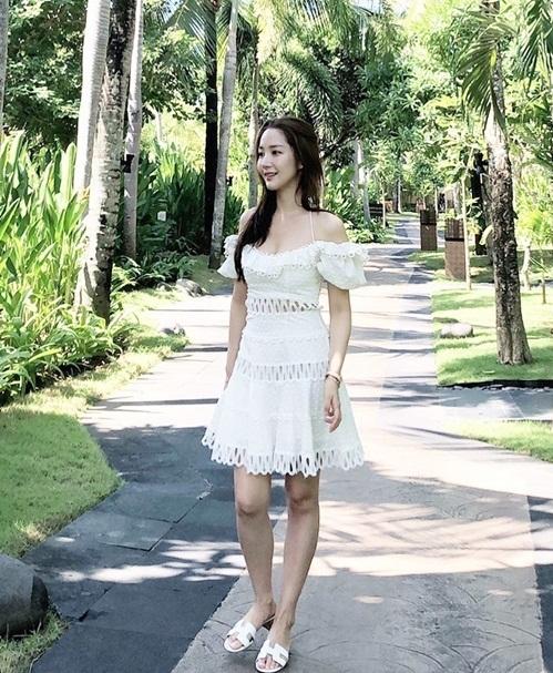Park Min Young khoe dáng mảnh mai trong bộ váy hai dây gợi cảm.