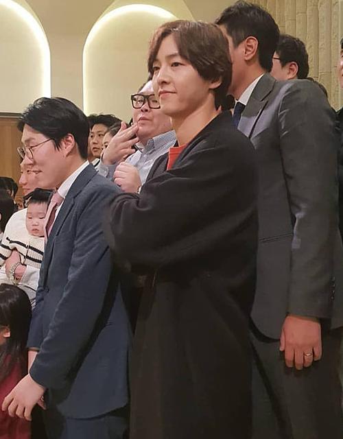 Nhiều tháng qua, báo chí không hề bắt gặp được khoảnh khắc vợ chồng Song - Song đi bên nhau. Hai người xuất hiện riêng lẻ giữa tâm bão tin đồn ly hôn. Trong ảnh, Song Joong Ki dự đám cưới bạn thân vào tháng 3 mà không có Song Hye Kyo đi cùng.